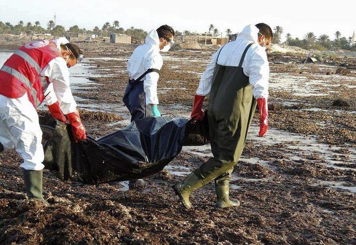 Foto facilitada por la Media Luna Roja libia que recuperó en las últimas 72 horas los cadáveres de 38 personas que perdieron la vida en el Mediterráneo cuando trataban de alcanzar de forma irregular la costa de Europa. (EFE)