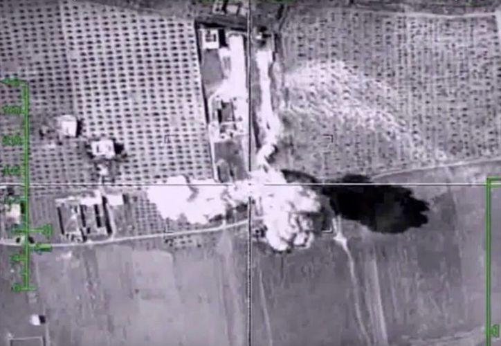Imágenes tomadas desde el sitio web oficial del Ministerio de Defensa de Rusia  donde se muestra un objetivo golpeado durante una incursión aérea rusa en Siria. (Agencias)
