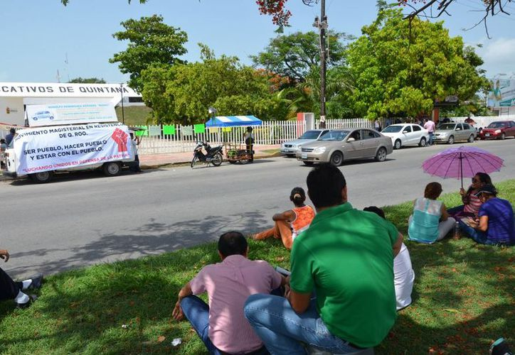 Desde las siete de la mañana comenzaron a arribar los profesores frente a las oficinas de la SEyC. (Gerardo Amaro/SIPSE)