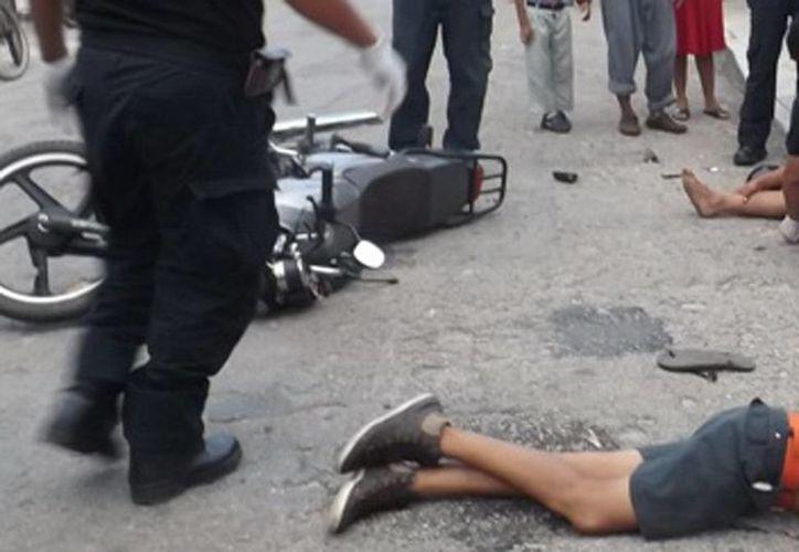 El joven Gerardo Ch. U. se reporta como grave debido al golpe que recibió al impactar su cabeza contra el pavimento, en Valladolid. (Milenio Novedades)