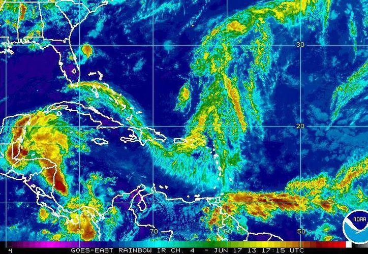 Se prevé que el centro de la depresión (i) toque tierra esta tarde en el sur de Belice y el martes afecte a Campeche. (ssd.noaa.gov)