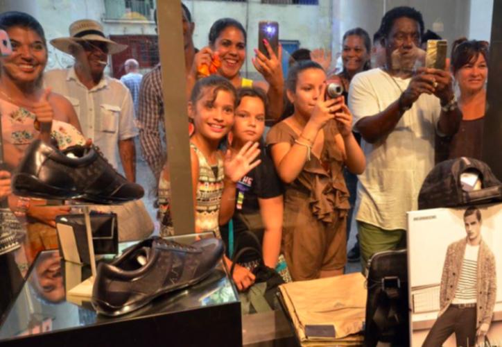 Vitrinas relucientes exhiben productos de grandes marcas internacionales a precios inalcanzables para la mayoría de los cubanos. (El Mercurio de Tamaulipas).
