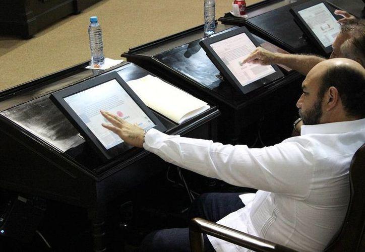 El diputado Luis Hevia Jiménez durante la sesión en la que se aprobaron dos nuevas leyes que modernizan el marco jurídico de Yucatán. (SIPSE)