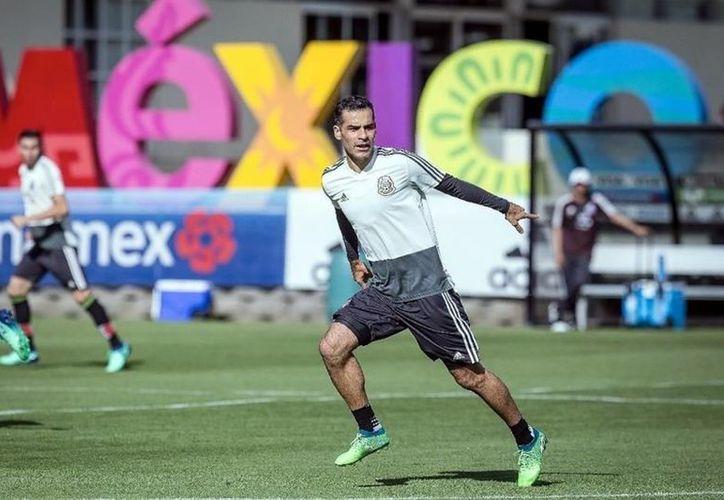El defensa central, Rafa Márquez entrena con el Tricolor sin marcas en su playera. (Vanguardia MX)