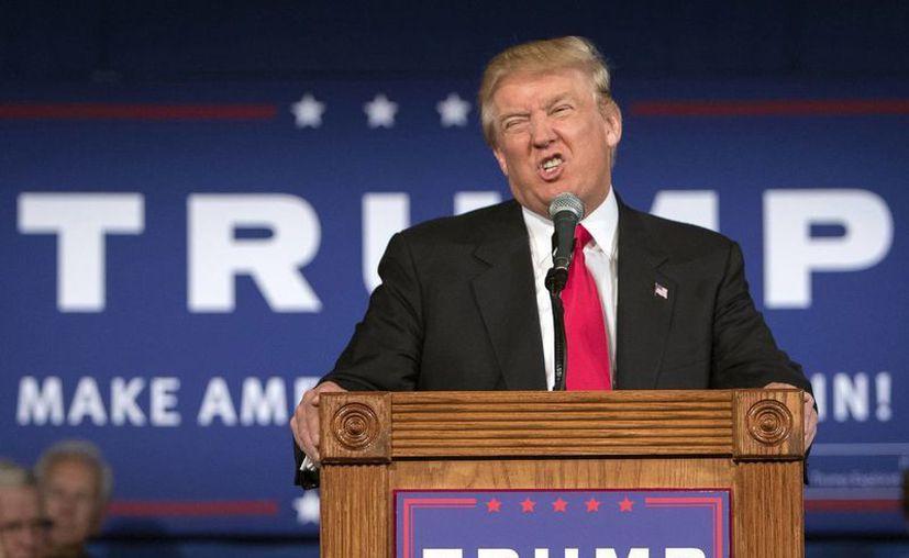 El aspirante republicano a la candidatura presidencial, Donald Trump, gesticula durante un discurso en un mitin el 21 de julio de 2015, en  Bluffton, Carolina del Sur, EU. (AP Photo/Stephen B. Morton)