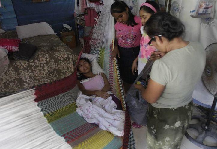 La familia cercana de Sandy la acompaña ahora que está a punto de conocer las alternativas que tendrá para mejorar su salud. (Harold Alcocer/SIPSE)