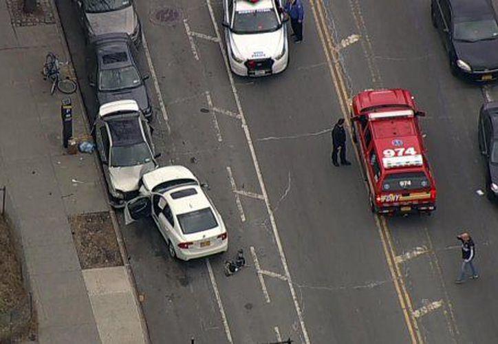 Un coche embiste contra una multitud en Brooklyn. (WNBC)