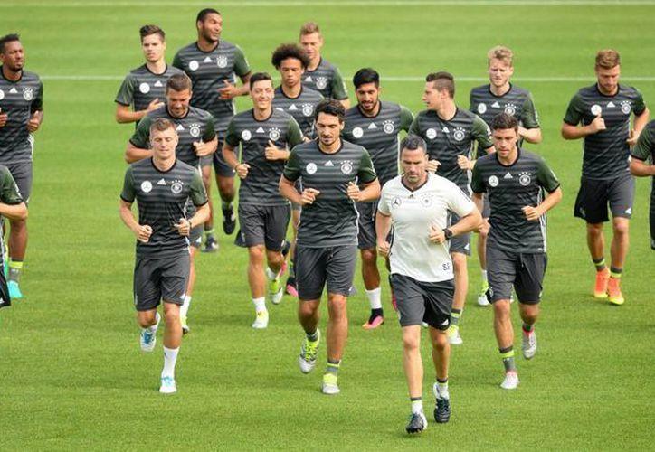 Alemania, la campeona mundial, entrena de cara a su partido de semifinal ante la anfitriona Francia en la Eurocopa. (EFE)