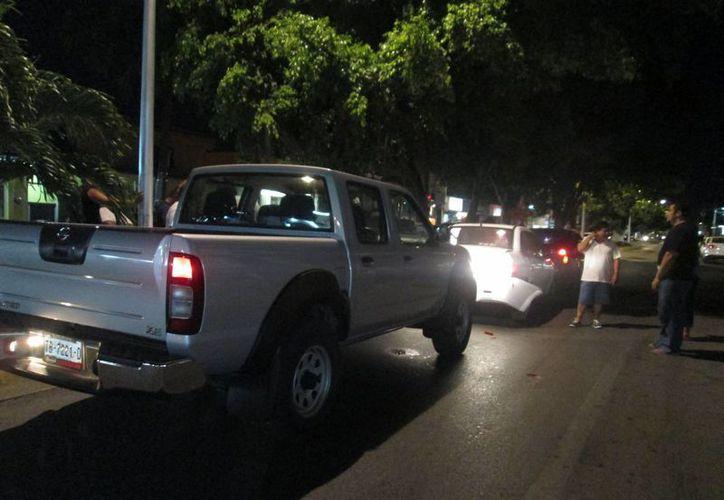 Al ser golpeado por una camioneta, el automóvil tipo Chevy blanco impactó, a su vez, a un tercer vehículo, modelo Platina color rojo. (Irving Canul/SIPSE)