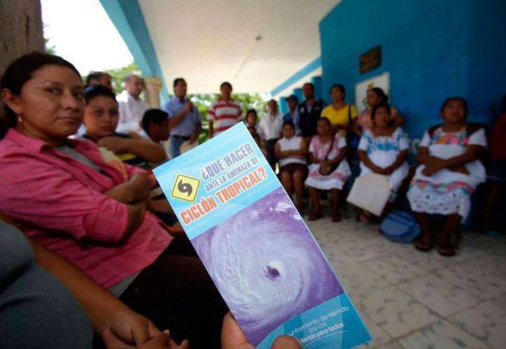 No sólo la prevención sino también la educación e información son clave para evitar problemas graves en caso de que un huracán toque tierra. Imagen de contexto de una reunión informativa sobre ciclones tropicales. (SIPSE)
