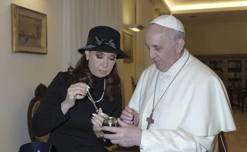La presidenta de Argentina le regaló un juego de mate al Papa Francisco. (Agencias)