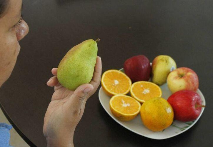 Las frutas y vegetales de preferencia deben consumirse crudos.  (Jesús Tijerina/SIPSE)