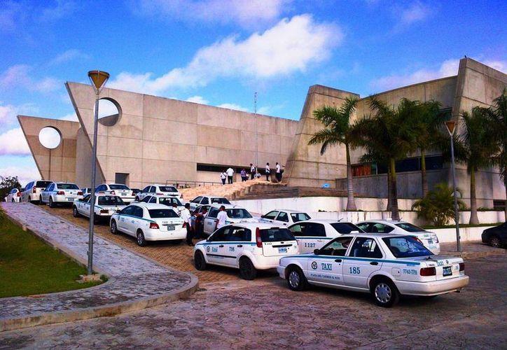 Los taxistas de Playa del Carmen lanzarán próximamente una App, similar a la de Uber. (Daniel Pacheco/SIPSE)