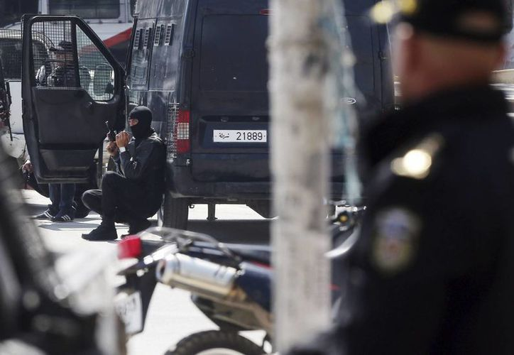 Las fuerzas de Seguridad tunecinas reforzaron la seguridad en las proximidades del museo del Bardo en Túnez, donde extremistas abrieron fuego la mañana del miércoles. (EFE)