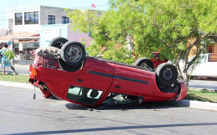 Por detenerse en un paso peatonal, el guiador de este auto fue víctima de un choque por detrás. El auto lo había comprado dos días antes. (Aldo Pallota/SIPSE)