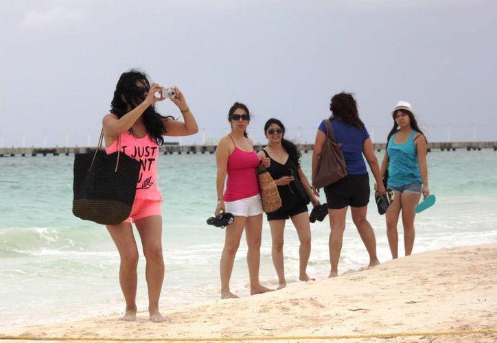 Arribo de turistas nacionales en las playas de este destino. (Adrián Barreto/SIPSE)