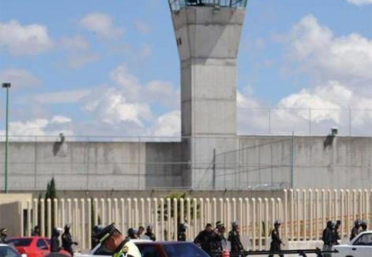 Los delincuentes sometieron a un custodio y llegaron hasta el área de aduanas del penal. (www.blogdelnarco.com/Contexto)