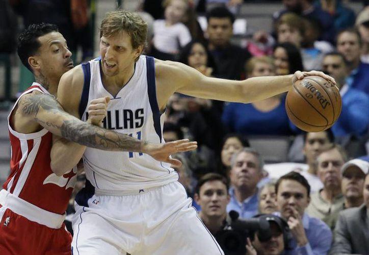 Dirk Nowitzki hizo historia este miércoles por la noche en la NBA al superar a Shaquille O'Neal para convertirse en el sexto máximo anotador de todos los tiempos. (AP)