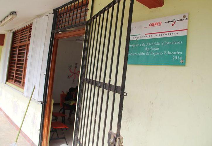 Quince niños de la comunidad Sergio Butrón Casas toman clases en una escuela que desde hace tres años tiene los baños clausurados. (Carlos Castillo/SIPSE)