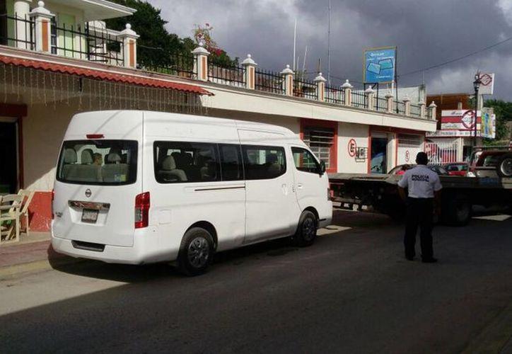 El conductor de la van quiso engañar a Sintra, pero fue descubierto y pagará 80 mil pesos de multa. (Foto: Javier Ortiz/SIPSE)