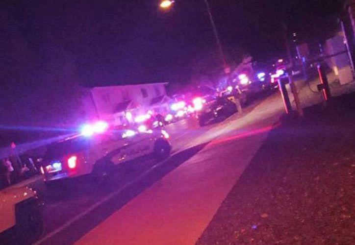 Imagen publicada en las redes sociales donde se observa las patrullas que llegaron al lugar del tiroteo en la Northern Arizona University. (twitter/@TODAYshow)