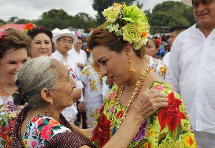 La presidenta del DIF Yucatán, Sarita Blancarte de Zapata, platica con una vecina de Tizimín, en el tradicional convite rumbo a la Fiesta de los Reyes. (SIPSE)