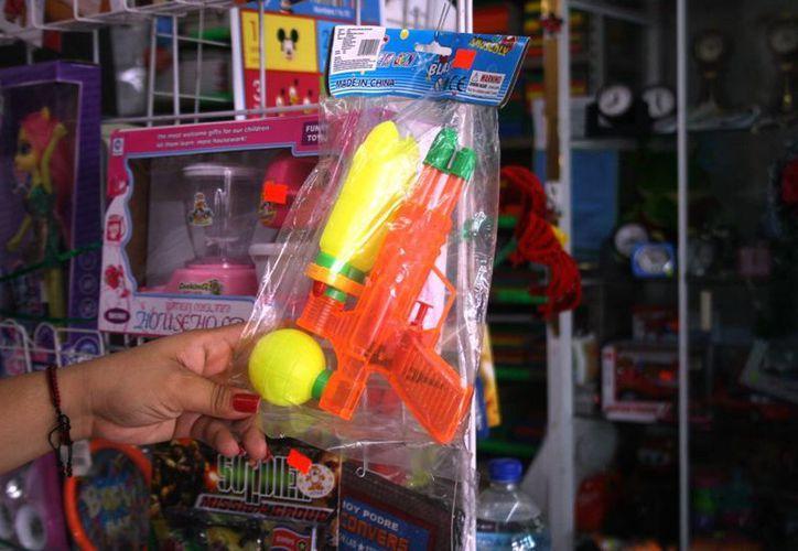 En los establecimientos dedicados a la venta de juguetes, ya se anticipan con diversos artículos para todos los bolsillos. (Octavio Martínez/SIPSE)