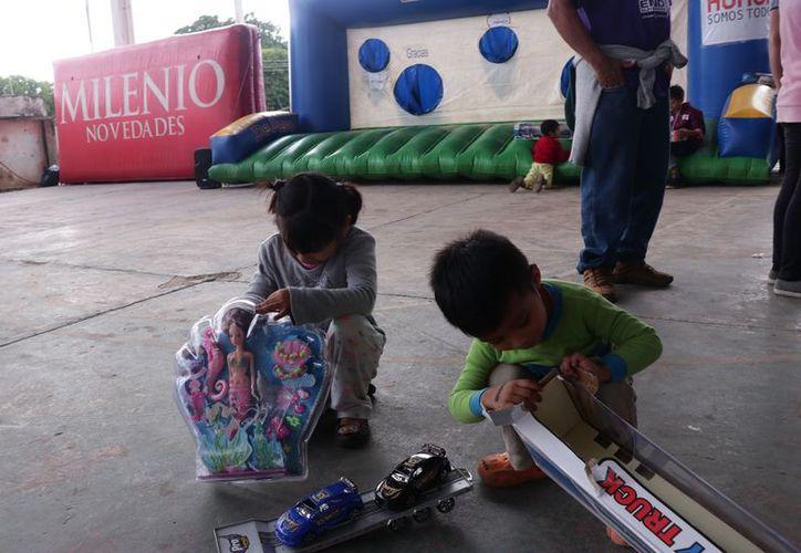 Los niños recibieron numerosos obsequios, desde carritos hasta muñecas. (Jorge Acosta/Milenio Novedades)