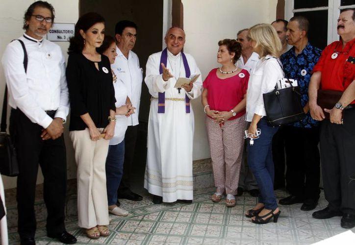 Como parte de los festejos del 20 aniversario de Salvemos una Vida, se inauguró un nuevo espacio en 'La Casita', el cual Monseñor Rafael Palma Capetillo bendijo. (César González/SIPSE)