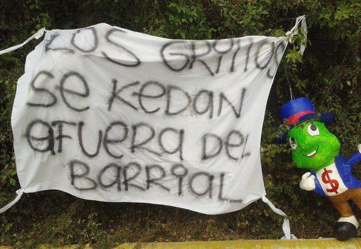 Aficionados de Rayados de Monterrey protestaron por la mala racha que vive el equipo colocando mantas afuera de las instalaciones de El Barrial. (Notimex)