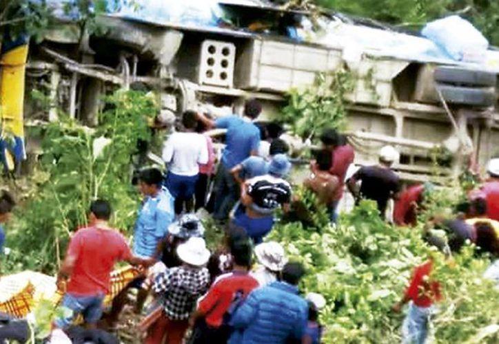 Imagen del accidente de tránsito que dejó seis muertos y 23 heridos, en el municipio de Licoma, en la provincia de Inquisivi, Bolivia. (paginasiete.bo)