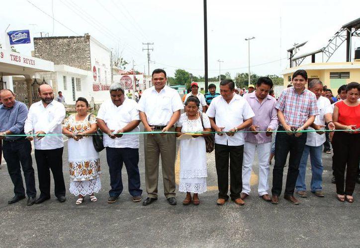 Con el clásico corte de listón fue inaugurada la renovada carretera, ubica en la zona henequenera del estado, la cual servirá para impulsar la diversificación de la producción agrícola. (Cortesía)