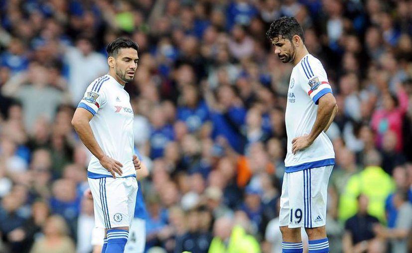 Los jugadores del Chelsea, Diego Costa (d) y Radamel Falcao, no dan crédito a una nueva derrota de su equipo, esta vez ante Everton, durante el partido de la Premier League que han jugado en Goodison Park, en Liverpool. (EFE)
