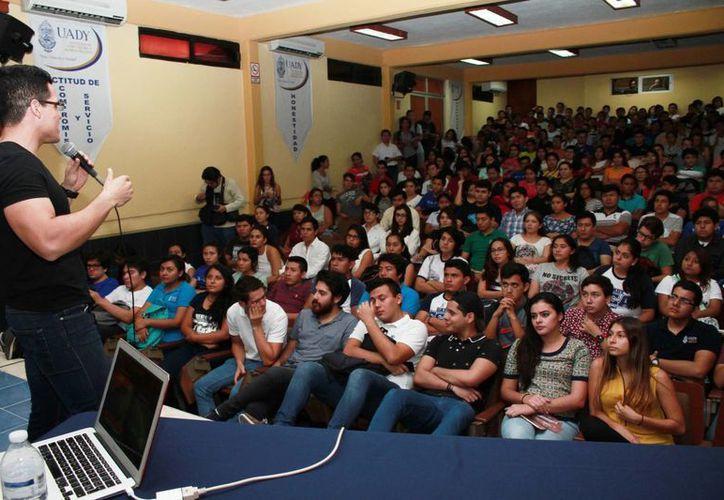 Fernando Estrada Ávila presentó su conferencia 'Emprender Universitario: convierte tu pasión en un imperio', ante estudiantes de la  Facultad de Contaduría y Administración. (Milenio Novedades)