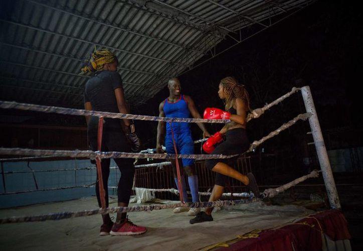 El boxeo femenil ha causado una gran polémica en Cuba, ya que no cuenta con el apoyo y aún siguen los prejuicios hacia las mujeres que practican el pugilismo. (Ramón Espinosa/AP)