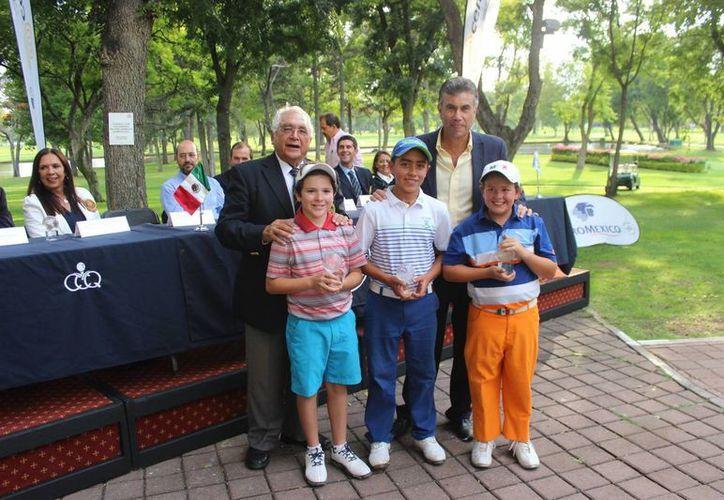 Manuel Barbachano fue premiado con el primer lugar de la temporada pasada en el golf. (Milenio Novedades)