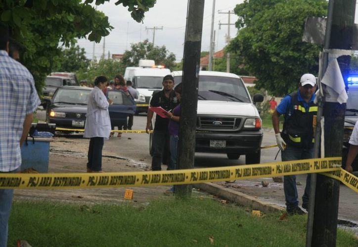 El cadáver fue hallado en la vía pública, en Circuito Colonias. (Jorge Sosa/SIPSE)