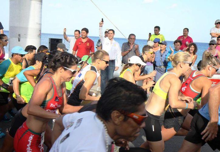 El disparo de salida de los casi 100 corredores que apoyaron el evento. (Cortesía/SIPSE)