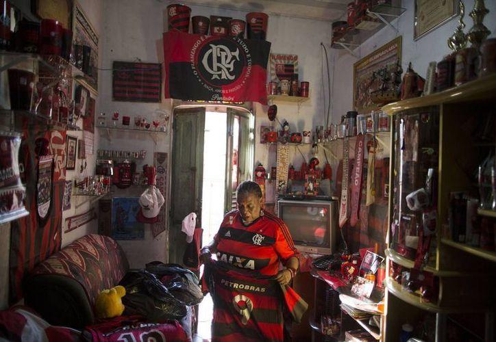 En la casa de esta fan de hueso colorado del Flamengo dominan los colores rojo y negro. (AP)