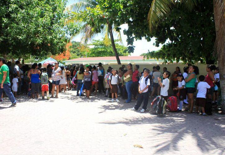 El día de ayer se inscribieron unos 300 alumnos más al ciclo escolar 204-2015, que inició oficialmente el lunes pasado a nivel nacional. (Igor Cabrera/SIPSE)
