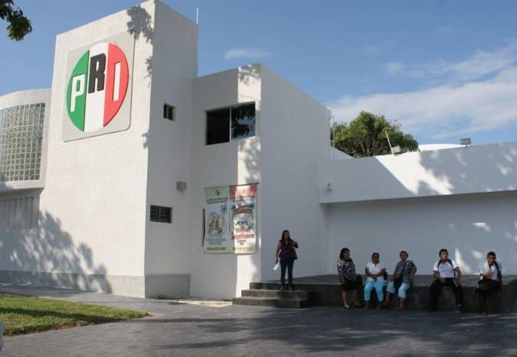 Dirigente del PRI en Cancún se anuncia con publicidad no autorizada por el IFE.  (SIPSE)