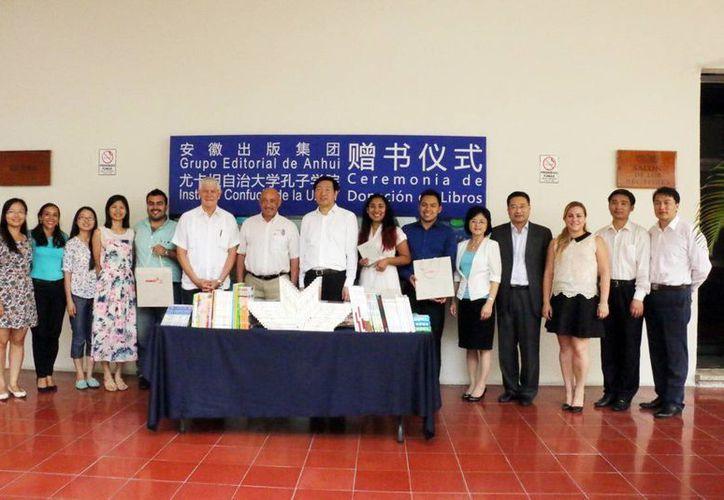 Integrantes de la delegación de la provincia de Anhui, China, en la sede de la Uady, en el centro de Mérida, durante la entrega de la donación de los libros. (Milenio Novedades)