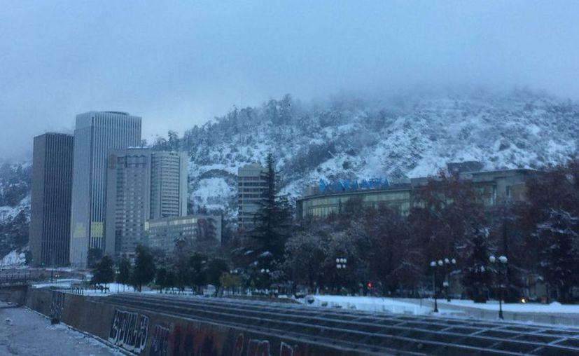 La nieve ha cubierto casi todos los barrios capitalinos de Chile. (Foto: @JuanWilliamsC)