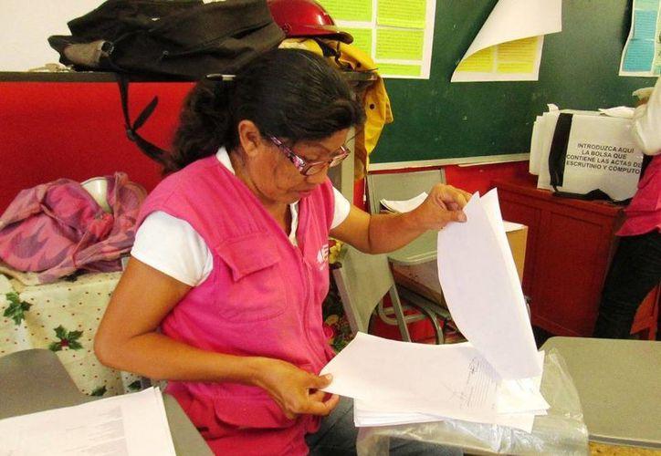 Las cajas de los paquetes electorales contienen boletas, tinta indeleble, urnas, mamparas para votar, entre otras.(Irving Canul/SIPSE)