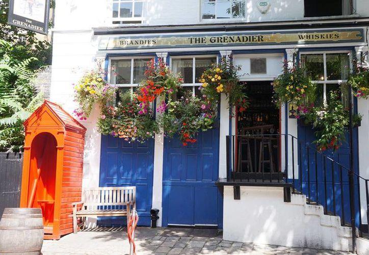 """Un pintoresco pub inglés, enclavado en el lujoso barrio de Belgravia de Londres, está adornado con cientos de billetes que, según la tradición, ayudarán a un """"fantasma"""" que se cree habita ahí, a pagar sus deudas y descansar en paz. (Agencias)"""
