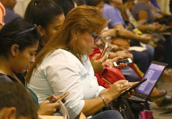 Crece el uso de dispositivos con conexión a internet y redes sociales entre las personas. (Foto: Jorge Acosta/ Milenio Novedades)