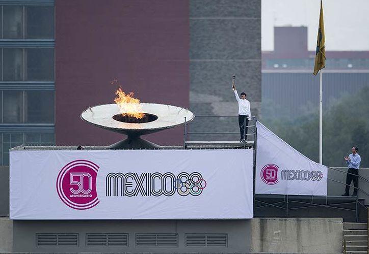 Enrique Basilio vuelve a encender el Pebetero en el Estadio Olímpico de Ciudad Universitaria. (Foto: MexSport)