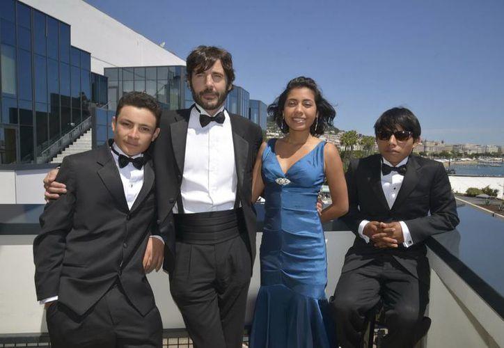 El director del filme (centro con barba) Diego Quemada-Díez, con los actores Brandon López, Karen Martínez y Rodolfo Domínguez en el Palacio de Festivales. (Notimex)