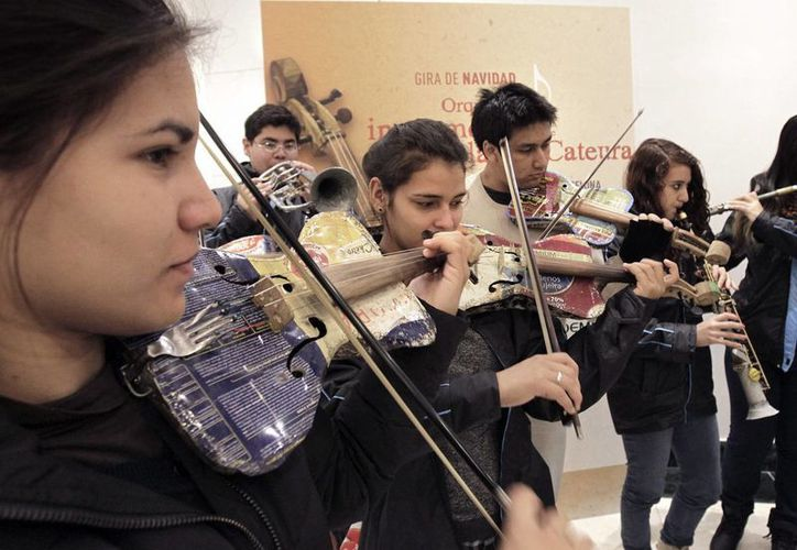 """""""El mundo nos envía basura y nosotros le devolvemos música"""", es la frase que resume el espíritu de la Orquesta de Instrumentos Reciclados de Cateura. (EFE)"""