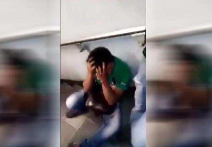 El presunto abusador en el Metro pedía perdón a su víctima, quien se decía dispuesta a seguirlo golpeando. (Captura de pantalla)